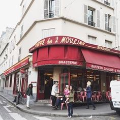 And of course we had to stop here for a coffee and some creme brûlée ❤️❤️ #amelie #Montmartre #GWSinParis #GWSinEurope #GWStravel