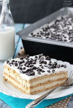 This Cannoli Icebox Cake is so simple to make. With layers of graham crackers and cannoli filling, it makes a delicious and easy treat! Icebox Desserts, No Bake Desserts, Easy Desserts, Dessert Recipes, Icebox Cake Recipes, Poke Cakes, Cupcake Cakes, Cupcakes, Cannoli Poke Cake