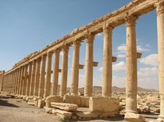 The colonnade of the Decumanus Ancient Palmyra - Palmyra, Syria Ancient Rome, Ancient Greece, Classical Architecture, Art And Architecture, Land Before Time, Lost City, Pompeii, Roman Empire, Palmyra Syria
