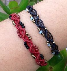 He encontrado este interesante anuncio de Etsy en https://www.etsy.com/es/listing/219115953/beaded-macrame-bracelet-micromacrame
