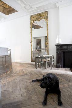 Deze vloerdelen zijn afkomstig uit een oude kazerne in Frankrijk Wooden Flooring, Decoration, Oversized Mirror, Inspiration, Black And White, Interior Design, Furniture, Inspireren, Home Decor
