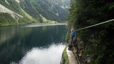 Die Seilbrücke verläuft teilweise direkt über dem Wanderweg. Laserer alpin steig