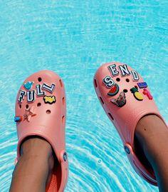 24 Crocs How to Wear Ideas Fort Lauderdale, Croc Charms, Vsco, Crocs Classic, Aesthetic Shoes, Hype Shoes, Crocs Shoes, Dream Shoes, Trendy Shoes