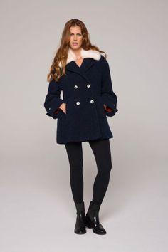 Manteau bleu, large esprit caban en bouclette col en fourrure amovible #manteau #court #femme #fausse #fourrure #bleu #caban #lenerfabriquedemanteaux