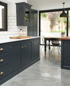 I love the dark detailing on the cabinetry in this London kitchen. I love the dark detailing on the cabinetry in this London kitchen. The perfect balance of monochromatic darkest blue and white with touches of brass. The cupbo Devol Kitchens, Shaker Style Kitchens, Home Kitchens, Modern Shaker Kitchen, Modern Kitchens, Minimalist Kitchen, Dark Grey Kitchen Cabinets, Painting Kitchen Cabinets, Blue Cabinets