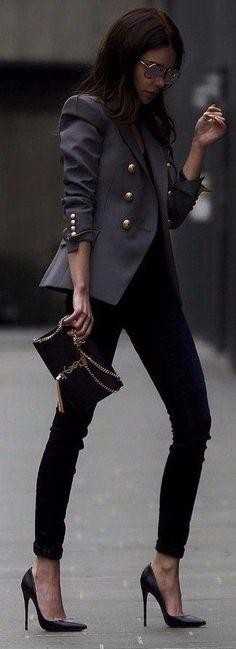 Tenue: Veste militaire gris foncé, T-shirt à col en v noir, Jean skinny noir, Escarpins en cuir noirs
