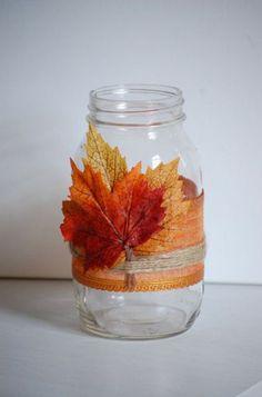 frasco de vidro com folhas de outono para jarra