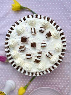 Mhhmmh! Wer #Milchschnitte liebt, wird diese Torte nicht nur einmal backen. Lasst Euch die Milchschnitten-Torte mit Sahne-Quark-Füllung und Schokobiskuit schmecken. #annibackt Cakepops, Vanille Paste, Cupcakes, Kakao, Camembert Cheese, Dairy, Desserts, Food, Kuchen