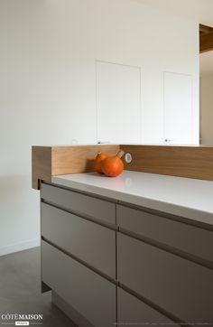 Magnifique meuble bas de cuisine en gris, plan de travail blanc et bar en bois clair