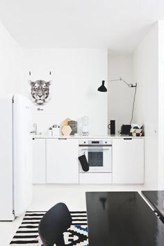 Med sort og hvid som baggrundstapet i sin lejlighed dribler boligstylist Susanna Vento uden om fejlkøb og dårligt matchende farver