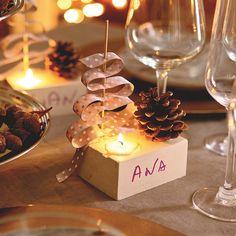 Te proponemos hacer unos prácticos marcadores de puestos con madera y cinta. Servirán para ubicar a cada invitado en la mesa y, al final, se lo llevarán de recuerdo.