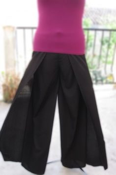 The pants I fell in love with in Greece but which subsequently died in the wash-- I can make them! Pop Couture, Couture Sewing, Pantalon Thai, Pants Tutorial, Street Goth, Diy Clothes, Clothes For Women, Split Skirt, Mode Inspiration