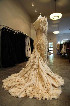 Sur la droite, la grandiose Oyster Dress d'Alexander McQueen, issue du défilé printemps-été 2003.