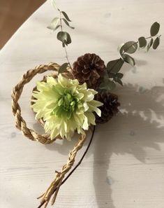 オール100均!わら要らずの手作りしめ縄リースの作り方|LIMIA (リミア) Christmas Wreaths, Xmas, New Years Decorations, Mother And Child, Flower Art, Diy And Crafts, Planter Pots, Flowers, Handmade