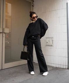 Black Jeans And White Sneakers Easy Outfit Ideas 2020 - Fashion Canons Aesthetic Fashion, Aesthetic Clothes, Look Fashion, Korean Fashion, Jeans Outfit Winter, Black Jeans Outfit, Looks Style, Looks Cool, Simple Outfits