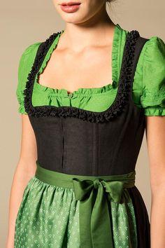 Ein bildhübsches Dirndl für die Herbstfrau - www.image50plus.de up close cotton and silk blouse