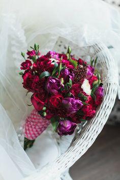 сочный малиновый букет с тюльпанами и розами, Свадебное оформление и флористика, Букет невесты