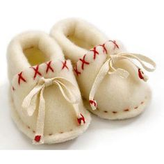 Moccasin slippers for all your family; includes photos and directions to make slippers from extra small to extra large.
