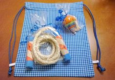 Kit brincadeiras de criança / Kit brinquedos antigos <br>Que contem : Mochila em tecido 20x25 cm, pião e pula -corda pintado mão e uma pequena discrição de cada brincadeira com origem, característica e como brincar. <br> <br>O pião pode ser personalizado, pois são pintado a mão de forma totalmente artesanal. <br> <br>Acho que os garotos e pais vão adorar brincar e relembrar dessas brincadeira lúdicas e eternas <br>Todas as peças embalado com saquinho de celofane, fita de cetim e tags de…