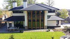 Frank Lloyd Wright als inspiratie voor deze schitterende nieuwbouw villa met royale overstekken en eiken houten accenten in de bosrijke heuvels bij Nijmegen