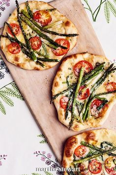 Celebrate warm weather and produce with a pizza that puffs up like a dream over the grill. This pizza calls for Fontina cheese, which is a lovely melting cheese, with a savory flavor that pairs well with scallions, asparagus, tomatoes, and thyme. In Italy, they're street food, eaten folded in half. #marthastewart #recipes #recipeideas #grilling #grillingideas #bbq #summerrecipes Pizza Recipes, Grilling Recipes, Vegetarian Recipes, Cooking Recipes, Vegetarian Burgers, Dinner Recipes, Party Recipes, Asparagus Pizza, Grilled Asparagus