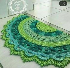 tapete-meia-lua-candy-collors-decoracao-para-quato-de-bebe - Salvabrani - DIY Home Decors , DIY Knitting , DIY Present , DIY Car Mandala Au Crochet, Crochet Doily Rug, Crochet Carpet, Crochet Rug Patterns, Crochet Home, Free Crochet, Knit Crochet, Mandala Rug, Crochet Tablecloth