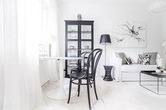 Black and white city apartment Small Apartments, Small Spaces, White Apartment, Dark Interiors, Interior Design Inspiration, Interior Decorating, Sweet Home, White City, Black Wood