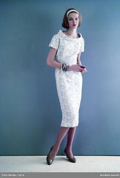 Modell i mönstrad klänning i vitt och ljusblått d18f3da719460