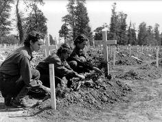En 1944, trois WAC (Women's army corps, c'est-à-dire la branche féminine de l'armée américaine)  déposent des fleurs sur une tombe dans le cimetière provisoire de la Cambe (Calvados).