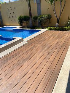 Nuestro deck sintetico UH02 color ipe, libre de mantenimiento y hasta 25 años de garantía. Deck, Exterior, Outdoor Decor, Home Decor, Colors, Front Porch, Decks, Interior Design, Outdoor Rooms