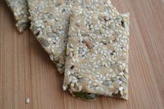 """Deze lijnzaad crackers zijn veganistisch en glutenvrij. Met zaden (en komijnkruiden!), krijgen ze extra """"flavour"""" en voorzien ze ons lichaam van mineralen."""