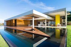 Une #piscine a la forme très particulière. La plage en triangle partage le bassin en plusieurs espaces. En son centre, un spa triangulaire vient compléter cette étonnante réalisation. @vivremapiscine