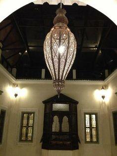 Palacio de las Especias: Lampara que preside el patio principal