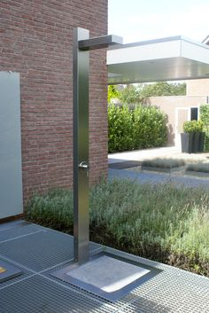Outdoor shower: Stainless steel Buiten douche: RVS staal Garden Shower, Garden Pool, Indoor Outdoor Living, Outdoor Spaces, Outdoor Pool Shower, Wood Bath, Pool Accessories, Backyard, Patio