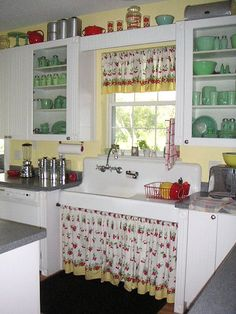 Traditional country kitchens are a design option that is often referred to as being timeless. Over the years, many people have found a traditional country kitchen design is just what they desire so they feel more at home in their kitchen. Cute Kitchen, Shabby Chic Kitchen, Kitchen Redo, Country Kitchen, Kitchen Remodel, Kitchen Ideas, Kitchen Designs, Vintage Kitchen Curtains, Vintage Kitchen Sink
