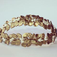 Coronas para #novias íntegramente elaboradas a #mano. #lauramurcia #lauramurcianovias #wedding #bodas #novias #brides #handmade #piezasúnicas #oro #blancoperlado