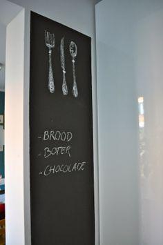 Muur met zwarte schoolbordverf in keuken na STIJLIDEE Interieuradvies en Styling