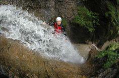 Abwärts durch den Wasserfall beim Canyoning in der Steiermark Abseiling, Waterfall, Tours