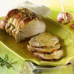 Baked pork loin - Green Ideas- Pork loin: what part is it and differences with the pork loin. Baked pork loin, lemon, potato or mushroom recipe. Tips for obtaining a soft and juicy roast and, for a tastier version, the recipe for caramelised roast. Pork Roast Recipes, Meat Recipes, Roast Beef, Baked Pork Loin, Pressure Cooker Roast, Beef Barbecue, Salmon And Asparagus, Cheese Ball Recipes, Delicious Dinner Recipes