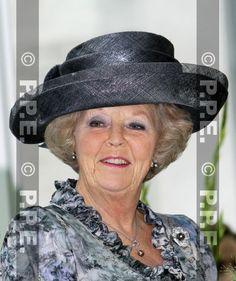 Hoedenontwerpster ('modiste' is de officiële benaming) Suzanne Moulijn (1941) werkte ook al  jaren voor Beatrix. Na het terugtreden van Harry Scheltens kreeg ze het nog drukker. Ze maakte een aantal opvallende hoeden met veren, maar haar zeer eigen en dus herkenbare stijl kenmerkt zich door een combinatie van strakke lijnen en bolle vormen. Ook Emy Bloemheuvel, Beatrix' kamenier, is nauw bij de kleding van de koningin betrokken.