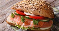 Recette de Burger au saumon fumé, tomate et mozzarella. Facile et rapide à réaliser, goûteuse et diététique. Ingrédients, préparation et recettes associées.