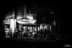 Comienza el buen tiempo de una vez y la gente sale a la calle. Afloran ya las sillas en las terracitas, en este caso nocturna. Ganas de una cevecita frestquita con un tapeo.