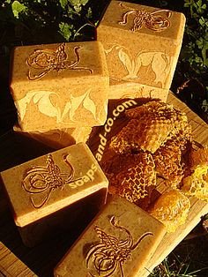 Honey, wash the kids! Honey Soap, Homemade Cosmetics, Relaxing Bath, Home Made Soap, Soap Making, Bubbles, Gift Wrapping, Soaps, How To Make