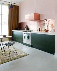 Copper backsplash, blush walls All We Want Are These 8 Kitchens With Gray Countertops 60s Kitchen, Green Kitchen, Kitchen Decor, Kitchen Stuff, Design Kitchen, Mawa Design, Küchen Design, Grey Countertops, Kitchen Countertops
