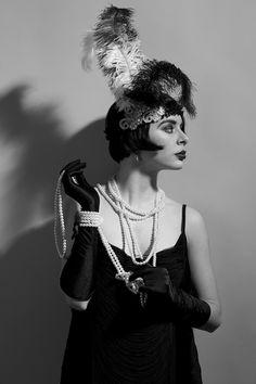 Vestidos sueltos, transparencias, flecos, perlas, turbantes y accesorios recargados hicieron de los felices años 20 una época diferente y alocada en la que la mujer fue su principal protagonista.