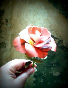 Encuentra la publicación para aprender a hacer la rosa de la foto:http://blog.detallefemenino.com/2017/01/la-rosa-de-la-bella-y-la-bestia.html