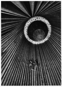 varietas:     © Jean Dieuzaide: Marignane, intérieur d'un four de cracking, 1958(via)  (+)