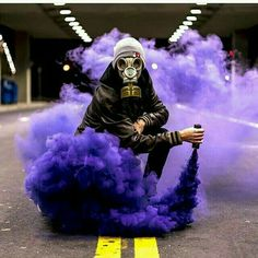 Smoke grenade pointed at the ground for a different effect Creative Portraits, Creative Photography, Photography Poses, Gas Mask Art, Masks Art, Halloween Fotografie, Smoke Flares, Smoke Mask, Smoke Drawing