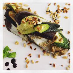 Een vegetarisch koolhydraatarm receptje deze keer. Nodig voor 2 personen: 1 courgette 1 aubergine 3 tomaten 2 bollen mozzarella (5 teentjes look) 1 potje verse basilicum 1/2 bussel pet...