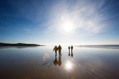 Profitez des superbes plages celtes cet été ! Celestial, Sunset, Outdoor, Wales, Nice Beach, Beaches, Ireland, Travel, Sunsets